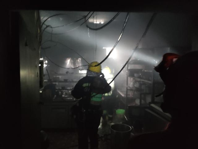 四川射洪今晨火灾原因:工人切割餐馆排烟通道不当,引发起火