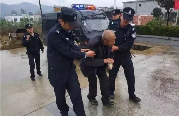 商洛山阳特警巡逻中救助一名迷路老人