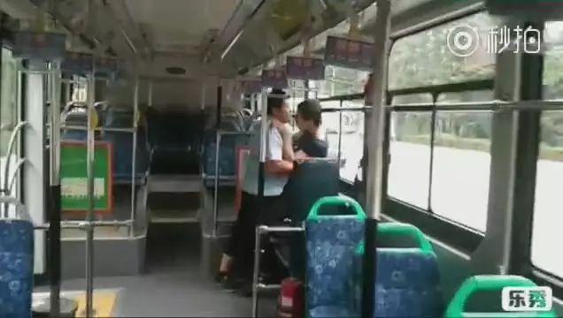 色狼公交车上做完坏事想跑,不料司机竟是武林高手!太解气了