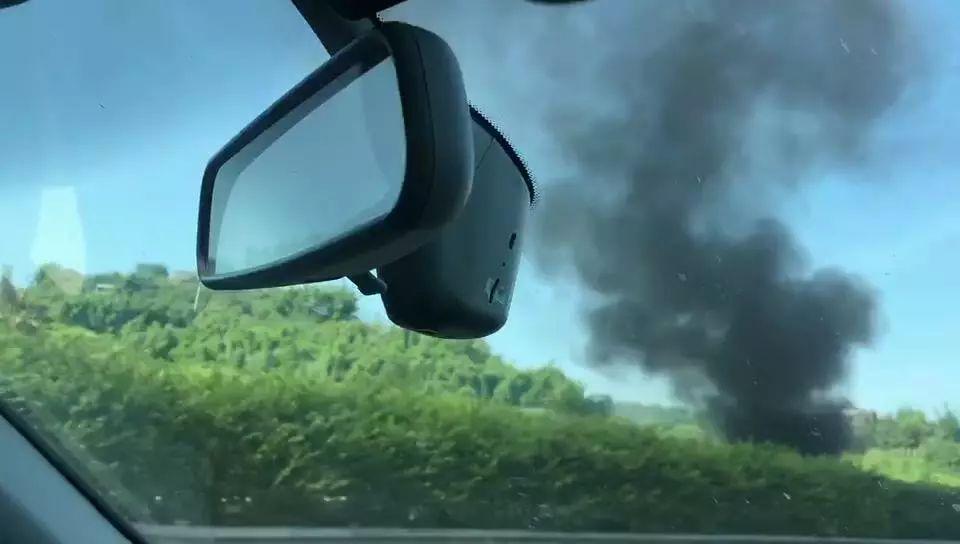 泸渝高速一汽车发生燃烧,现场浓烟滚滚
