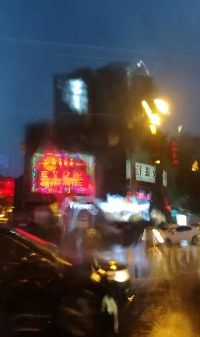 泸州遭遇强降雨多个收费站关闭,中巴车泡水里!