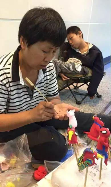 心酸!宜宾53岁母亲为救16岁脑瘫儿子,在外地卖泥人筹钱!