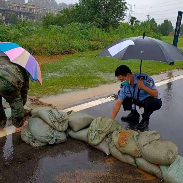 【城事】风雨中他们守护在街头