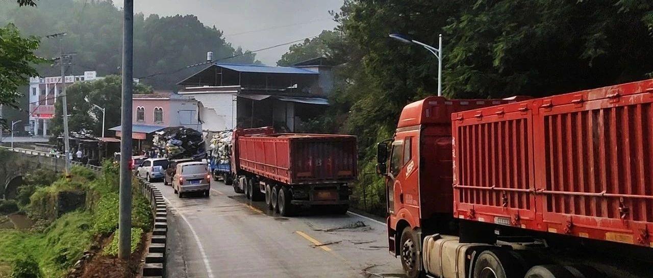 太湖一辆拉砂重型货车发生侧翻