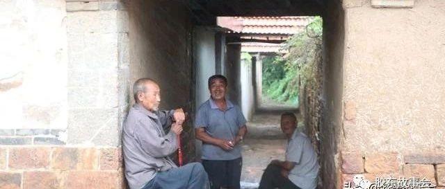 �R�一��山村的雨景,老人在�^道下避雨的��面很�H切