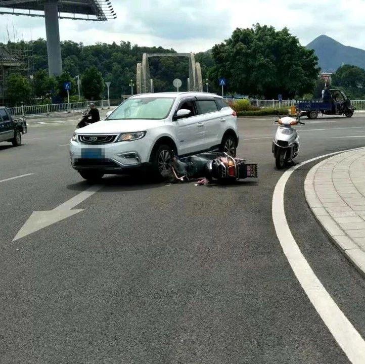 彩虹桥头大圆盘处又发生车祸了,一辆摩托车.....