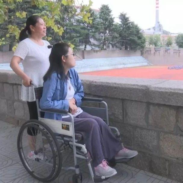 3岁患病,6岁父亲去世,如今,山东这位坚强轮椅少女,带着妈妈一起上大学