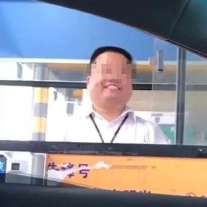 """高速收费员""""职业假笑""""走红后报警!网友:努力微笑,是一种工作态度!"""