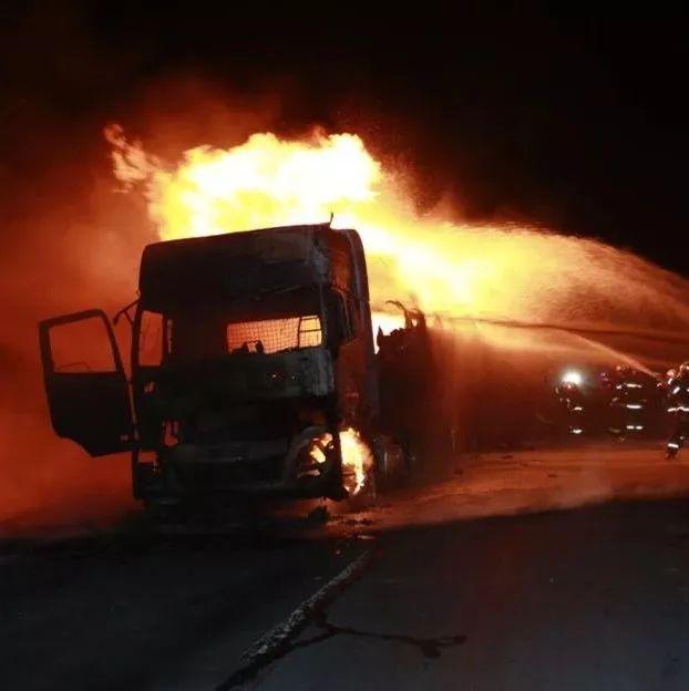 1人死亡,油罐车被烧成铁壳!格尔木两车发生追尾...