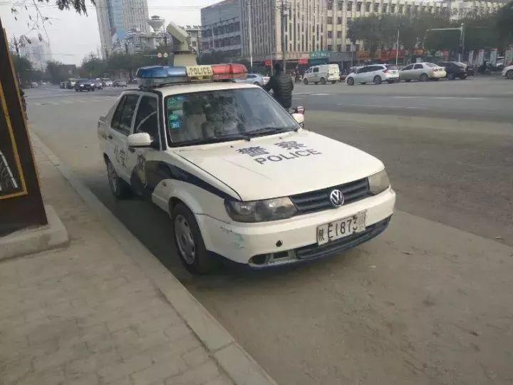 """警车违停,被市民贴""""罚单"""":请30日内给一个完美解释!警方回复…"""
