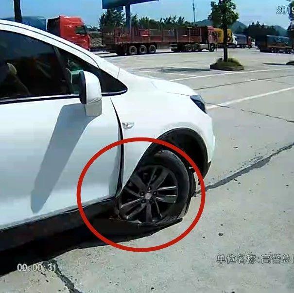 暖心!武穴一父亲开车送患病婴儿车轴被撞断,高速警察接力救助