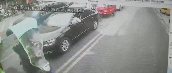武穴城区发生一起车闹事件,老人耍赖不说竟抢走车钥匙...