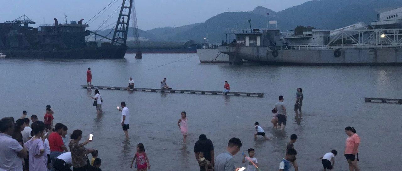 长江水位暴涨!江水都涨到了武穴滨江公园观景台处...