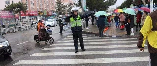 雨中的乳山交警,是道路中最亮的路标~~