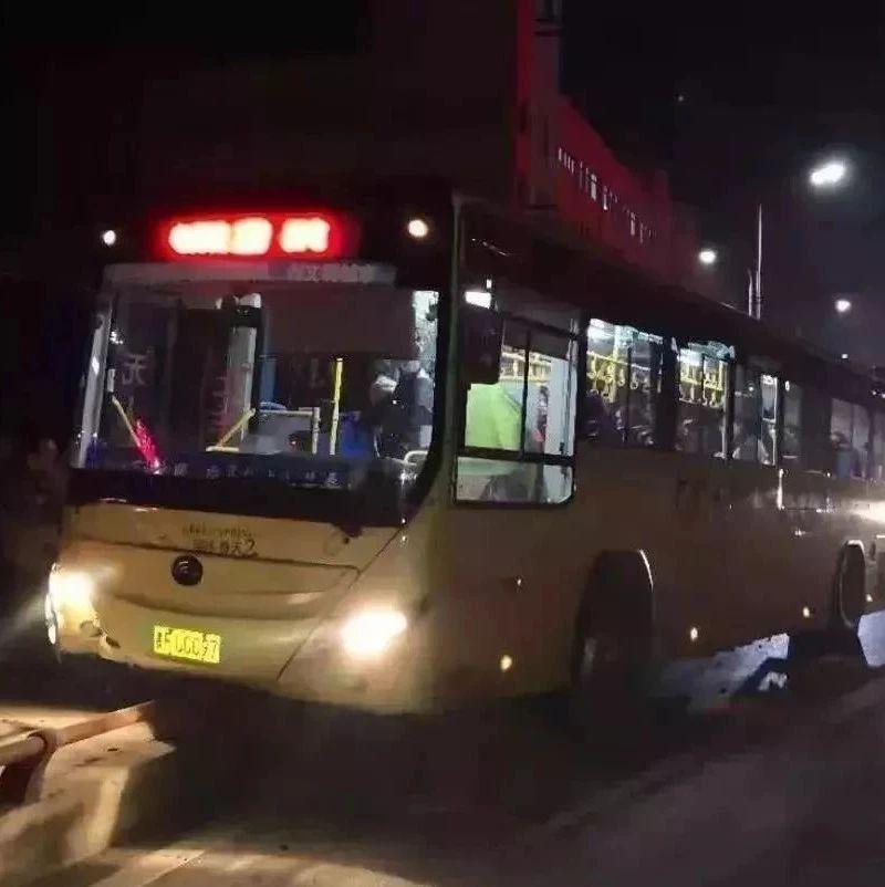 """重庆大巴坠江事件""""翻版"""",乘客司机互殴,导致车辆失控"""