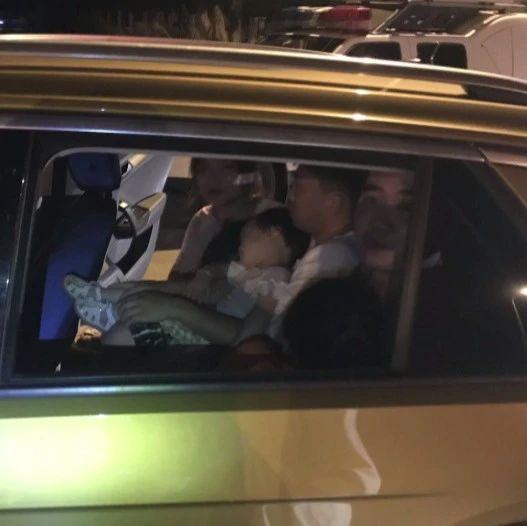 驾照暂扣期间超员驾车,民警却驾车护送?这是怎么回事?