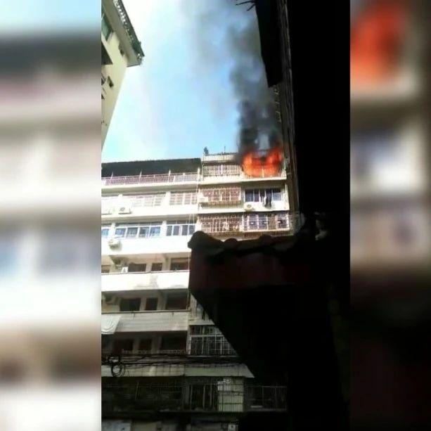 青田一居民楼突发火灾,火焰和黑烟不断冒出