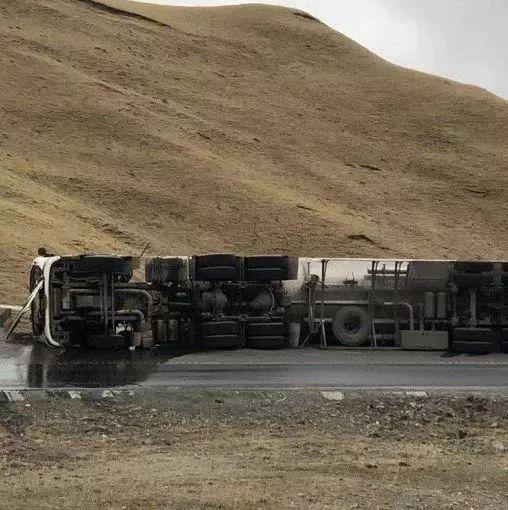 惊险!海南州一载28吨汽油罐车侧翻...