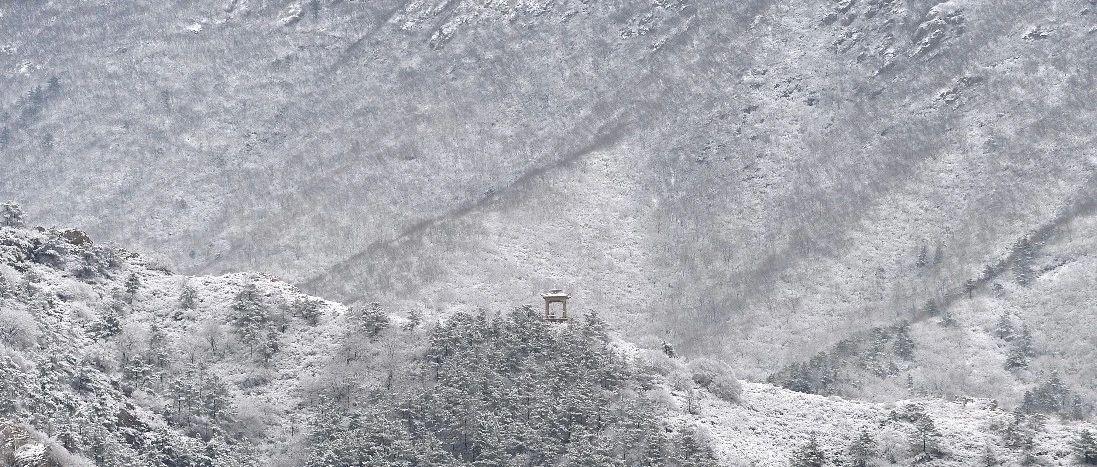 """辽宁朝阳三月现""""雪山""""美景,水墨世界壮观动人"""