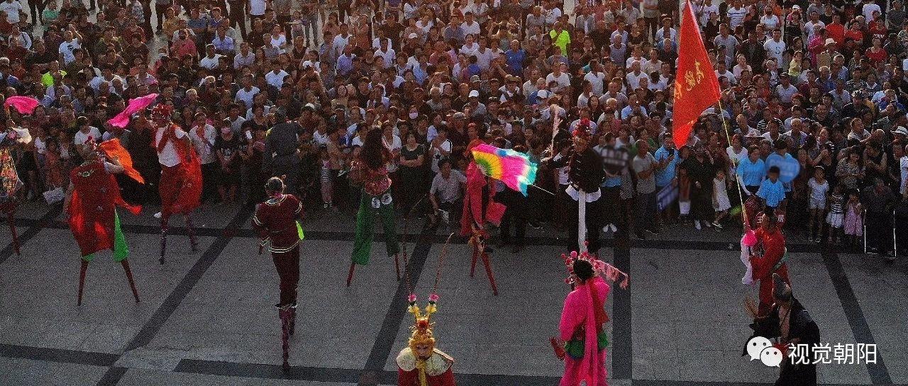 辽宁建平200多人踩高跷扭秧歌【现场视频】