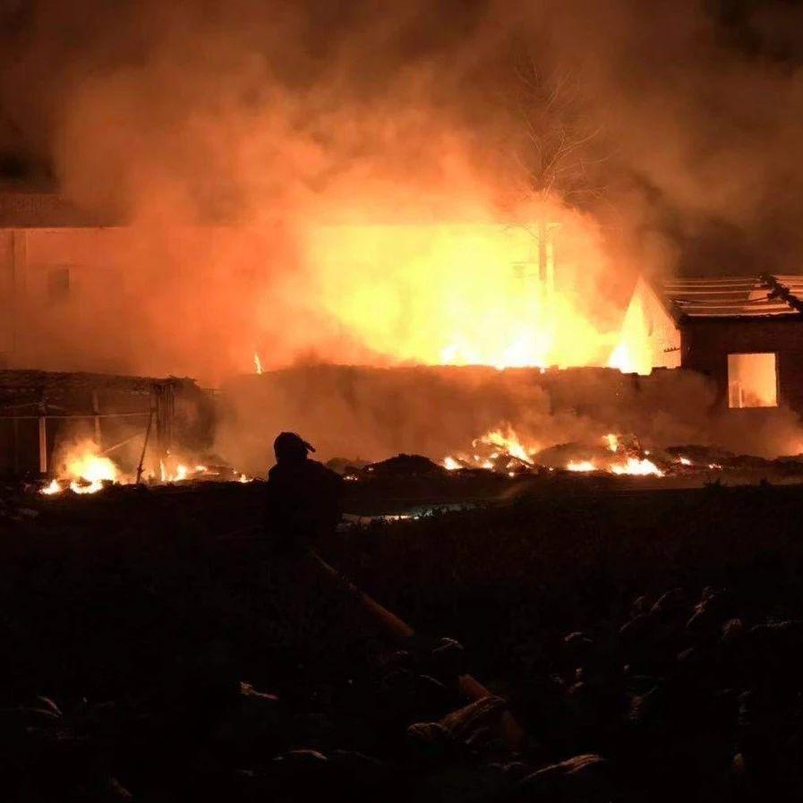 梅山一厂房着火!火势凶猛!附现场视频