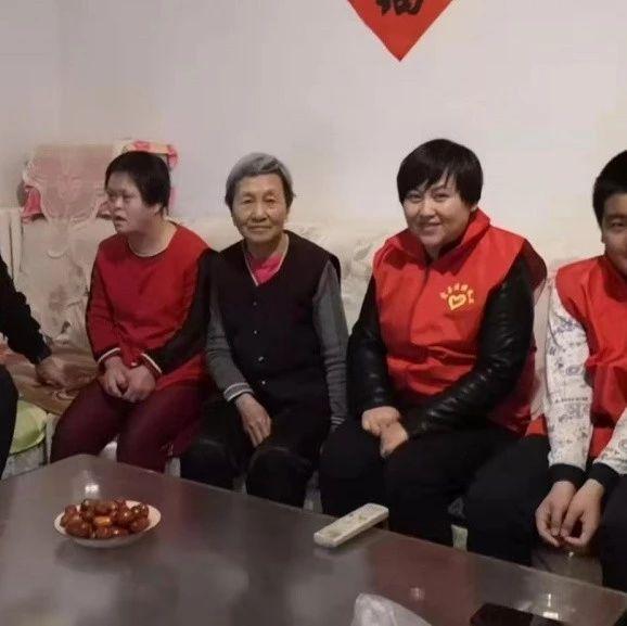 【聚焦】玛拉沁社区志愿者关爱辖区贫困老人