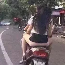 又一个骑电动车的女人火了,裙子都笑掉了!