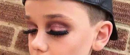 11岁美?#36744;?#20027;,告诉你眼妆的重要性……