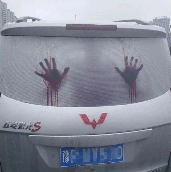 吓哭了!浙江一面包车上竟有两只血手印,恐怖至极!