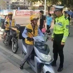 昨天,几十辆美团骑手被兴义交警拦住了!原因是这样...