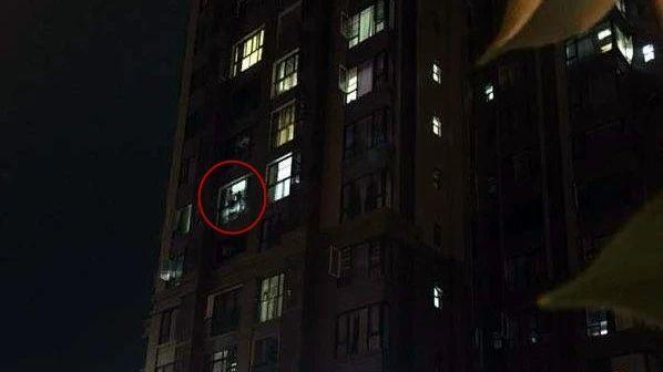 宜宾有人要从5楼跳下,这个高度,不死也必残!