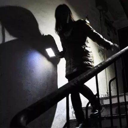 安徽两女子深夜带刀闯进男子家中,以死相逼!原因竟是...