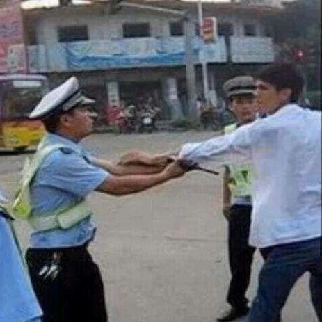 恐吓殴打!吴川一男子因妨害交通执法被刑拘...