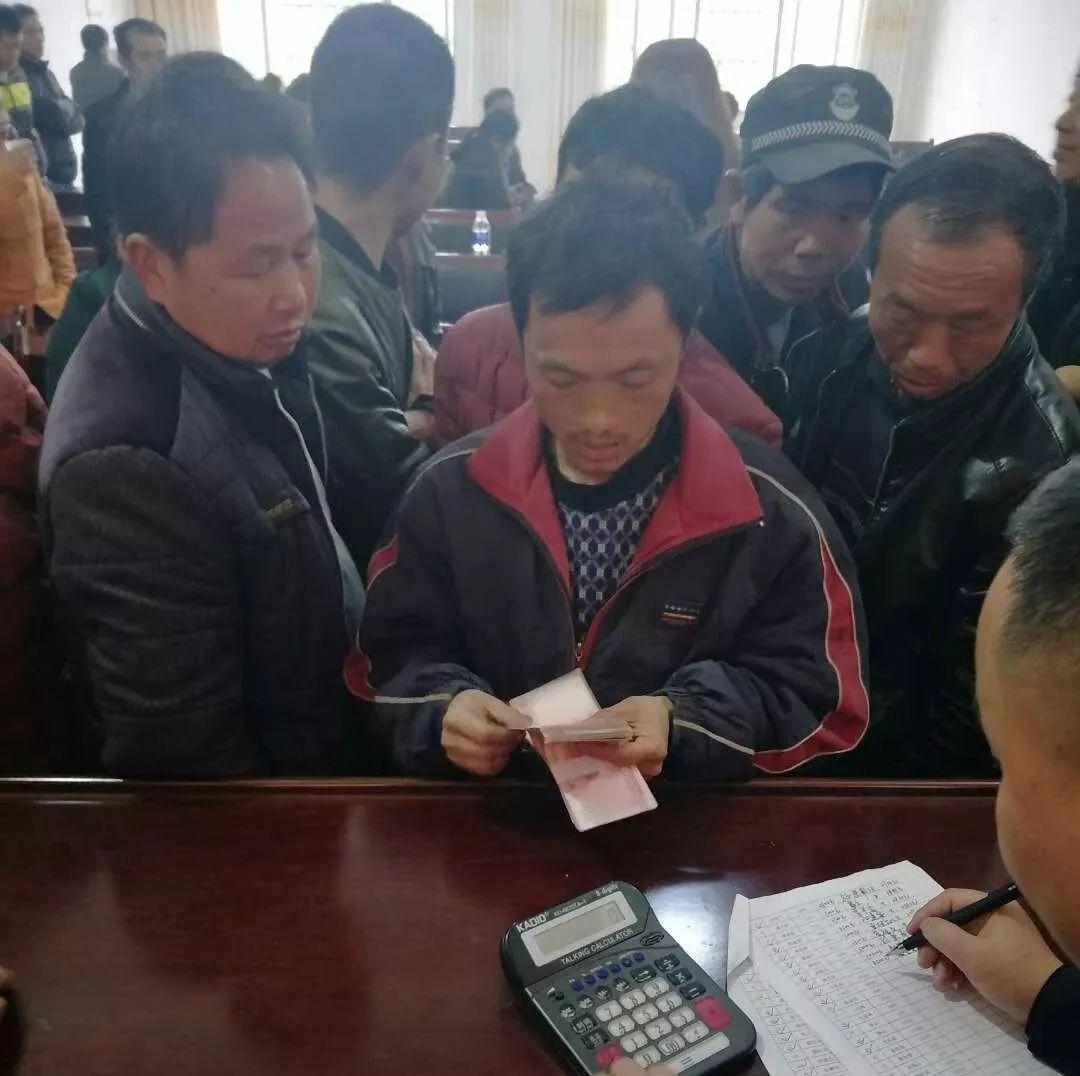 你说!生活容易吗?萍乡一花炮厂63名工人领到了拖欠的50多万元工资!