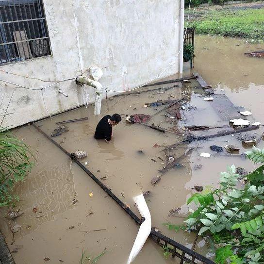 暴雨袭萍,这张特殊的照片火了!他在齐腰的污水中,一站就是数小时!