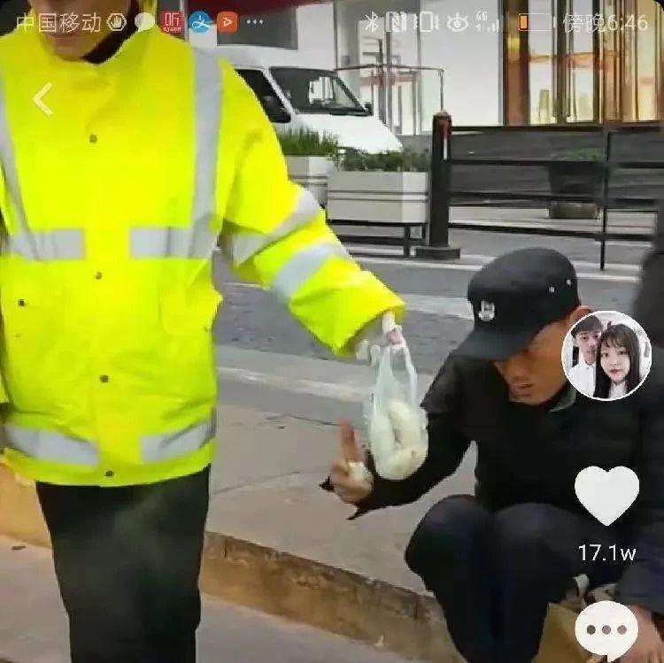 落魄小伙儿饿倒街头,协警的一个举动让他获得17万余网友点赞