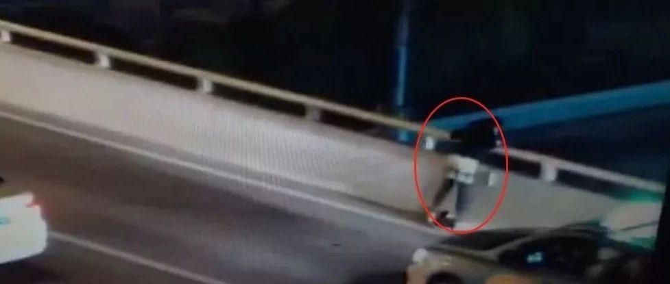 心碎!17岁男生跳桥身亡!只差半秒,妈妈没拉住捶地痛哭