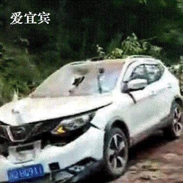 天降灾祸!宜宾一道路塌方,巨石坠落!车头被砸起大窝窝~