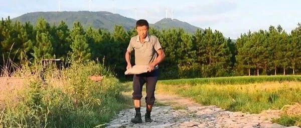 68岁的吴启权,手握铁锹义务修桥补路38年