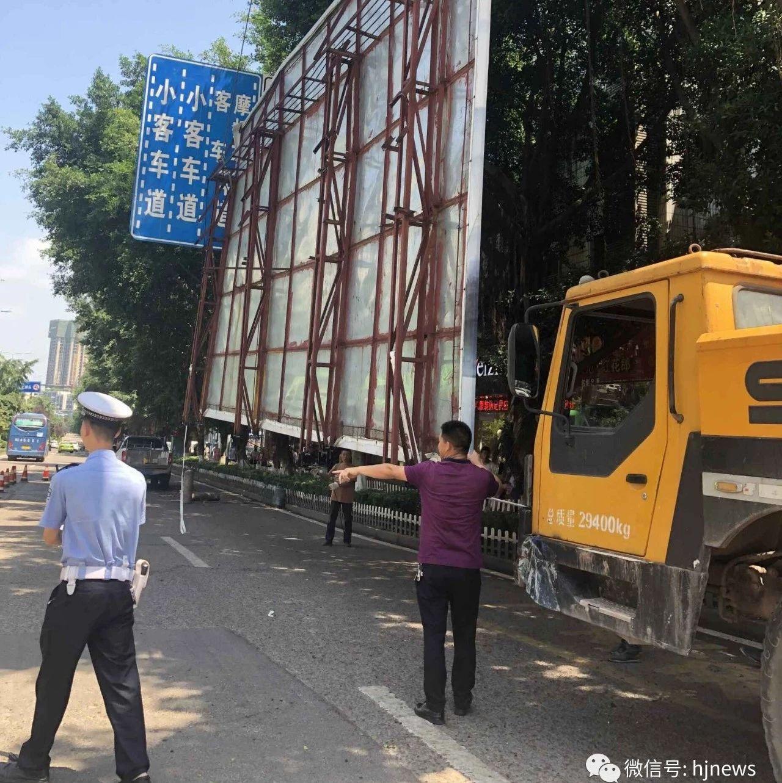 合江义园街车站一处违规大型户外广告被拆除