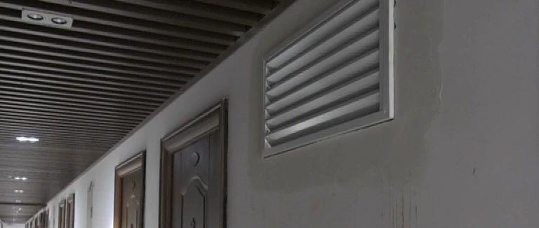 惊呆了!菜园?#38047;?#23567;区业主凿墙开窗,还是新小区......