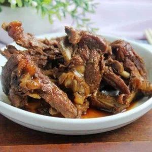 红烧鸭锁骨:比外面卖的卤味还好吃,啃到嗦手指