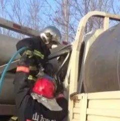 突发!雾天货车追尾天然气罐车,澳门银河娱乐官方网址消防破拆救出被困司机