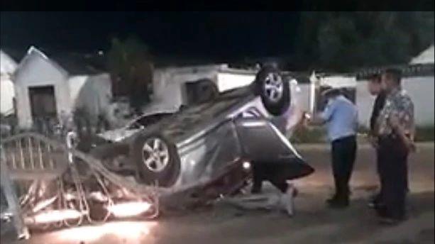 突发|祝阿镇路段发生一起车祸!一辆银色轿车直接翻倒压在路中间护栏上.....(附现场视频)