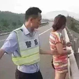 粗心丈夫放假回家将妻子落在服务区,没想到妻子更奇葩