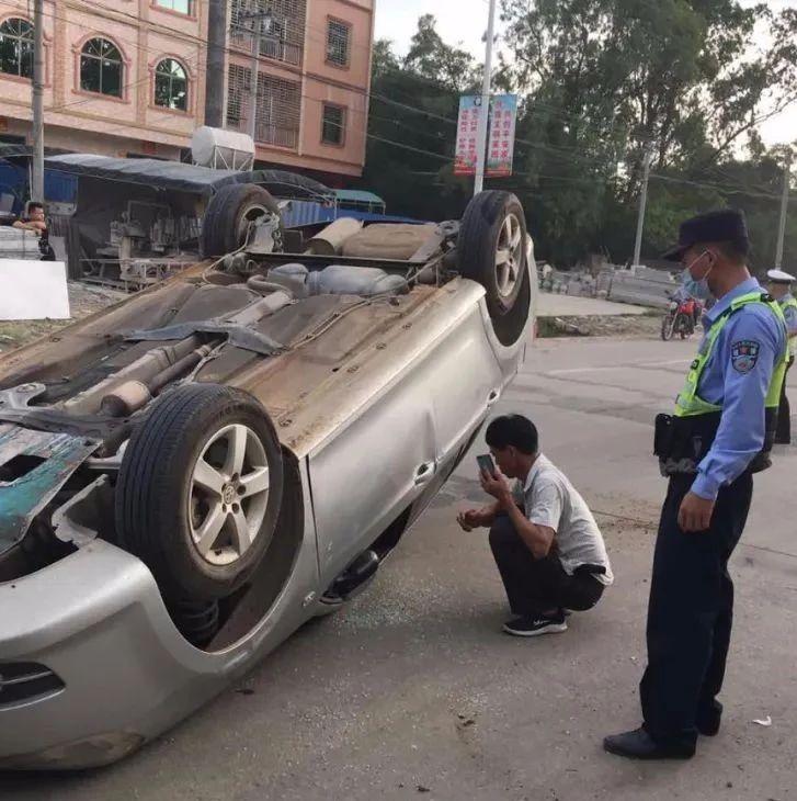 紧要!湛江一小车司机因捡手机撞上隔离墙致翻车