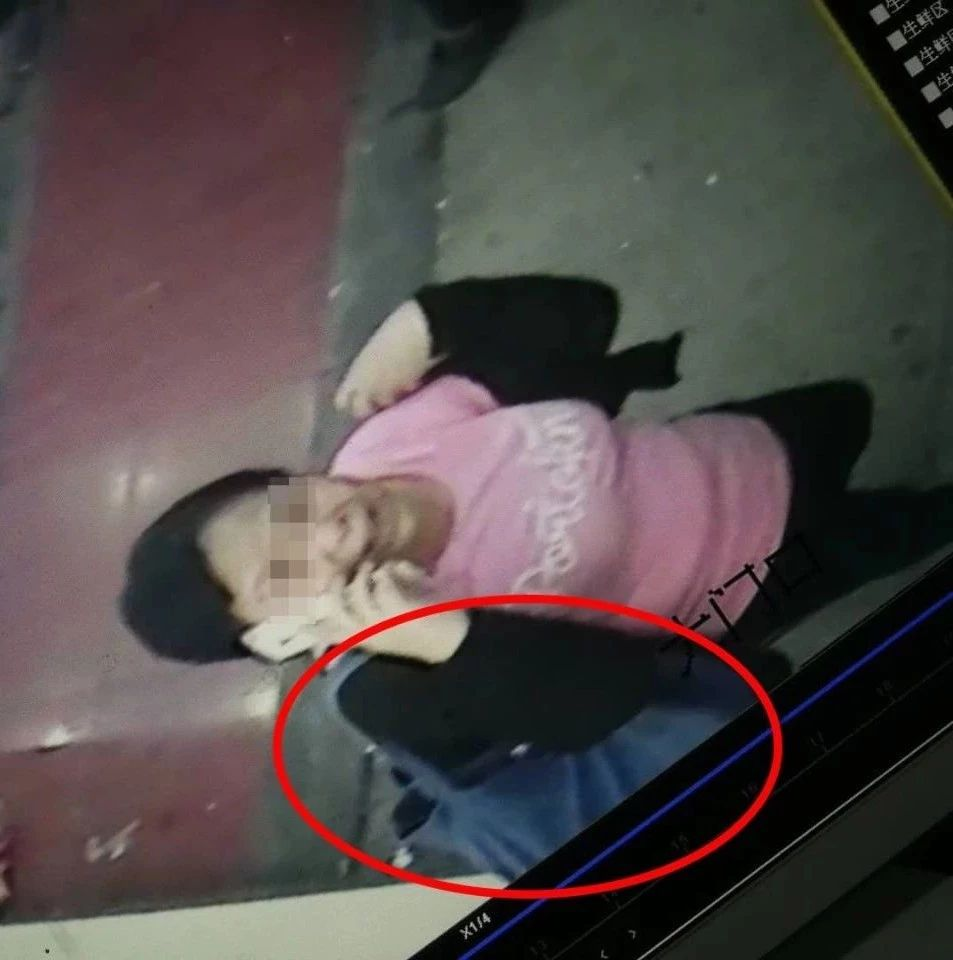 �O控曝光!南溪�@��穿粉色T恤、黑色外套的中年女子,�把包�我!