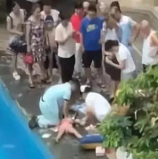 宝宝在游泳馆溺水,原因令人深思