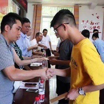 富顺为15名困难大学生发放帮扶助学金。
