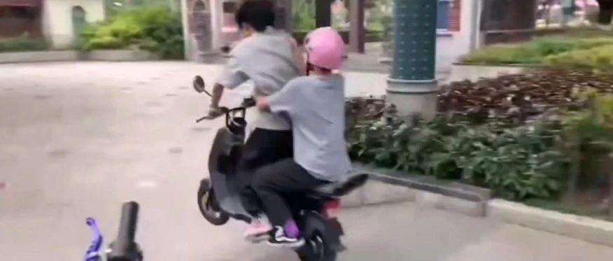"""太危险了!永春两名后生仔竟这样骑电动车""""炫技""""耍帅……"""